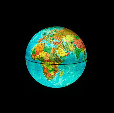 Globus beleuchtet schwarz - p1312m1137747 von Axel Killian