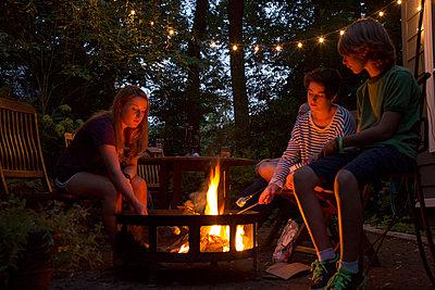 Lagerfeuer am Abend - p635m1005310 von Julia Kuskin