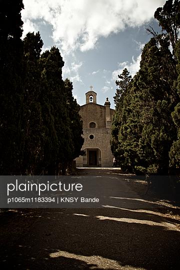 Stufen führen bergauf zu einer Kirche - p1065m1183394 von KNSY Bande