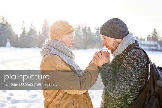 Verliebtes junges Paar in einer Winterlandschaft - p1124m1589343 von Willing-Holtz