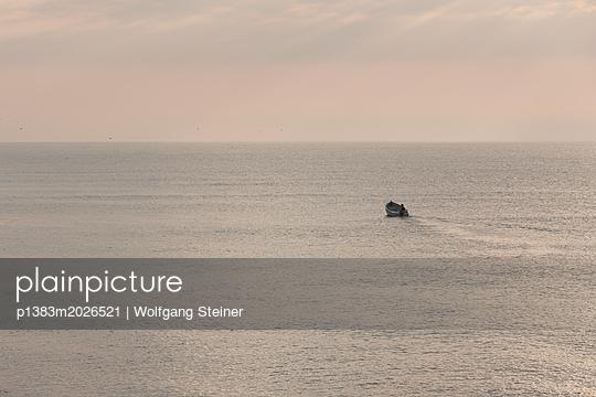 Boot auf dem Meer bei Sonnenaufgang - p1383m2026521 von Wolfgang Steiner