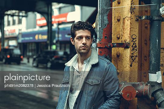 Mann in Brooklyn auf der Strasse - p1491m2082378 von Jessica Prautzsch