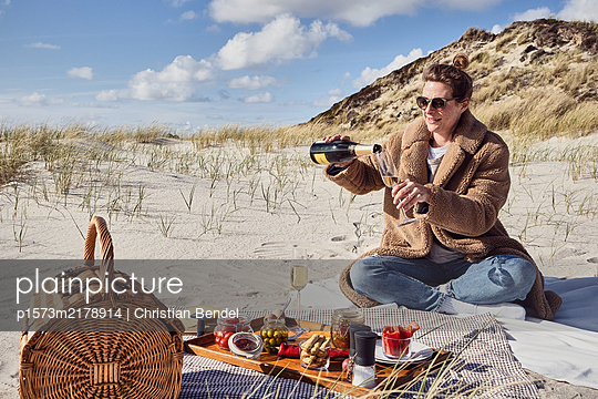 Germany, Sylt,  Champagne picnic in the dunes - p1573m2178914 by Christian Bendel