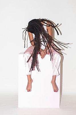 Junge Frau mit Dreadlocks - p1301m1561811 von Delia Baum