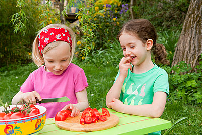 Salat zubereiten - p4350114 von Stefanie Grewel