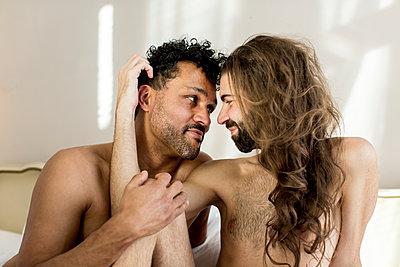 Schwules Paar im Schlafzimmer - p787m2115255 von Forster-Martin