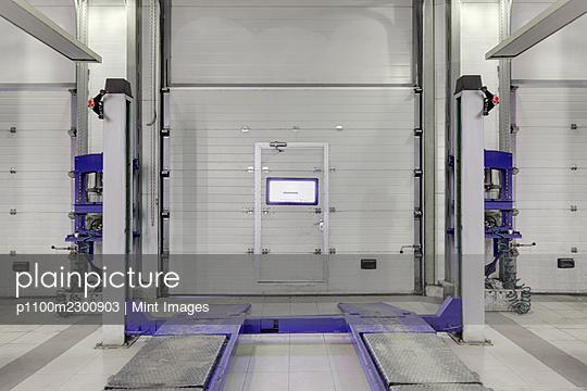 Empty auto repair shop. - p1100m2300903 by Mint Images