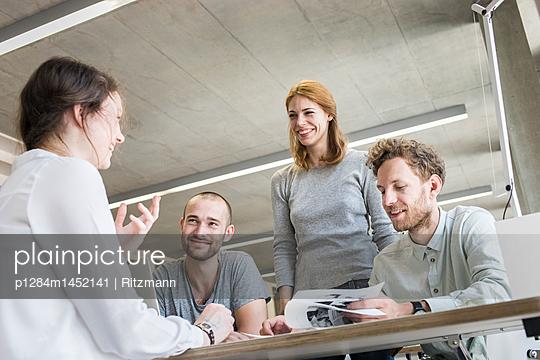 Lerngruppe in Bibliothek - p1284m1452141 von Ritzmann