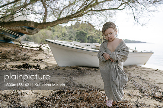 plainpicture - plainpicture p300m1581421 - Sad little girl wrapped in ... - plainpicture/Westend61/Katharina Mikhrin