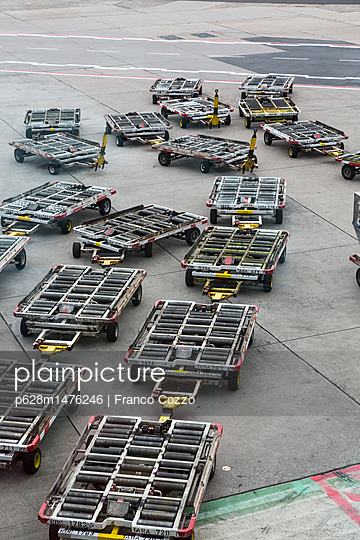 Airport ground with trailers in Singapore - p628m1476246 by Franco Cozzo
