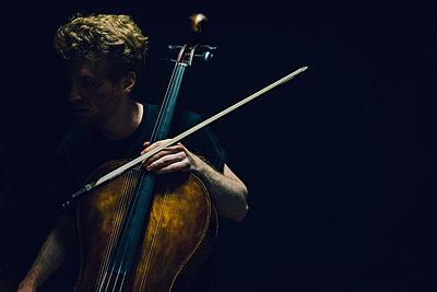 Gesichtsloser Cellist - p1180m1116177 von chillagano