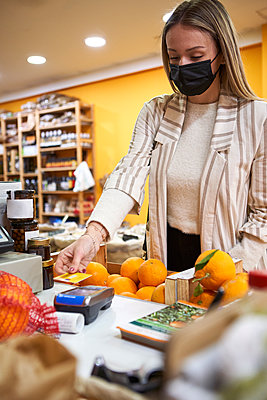 Woman doing some shopping at the organic shop. Sabadell, Spain. - p300m2257390 von Veam