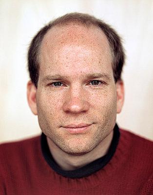 Portrait of man, close-up - p3720407 by James Godman