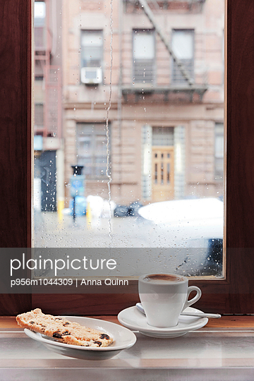 Coffee break from the rain - p956m1044309 by Anna Quinn
