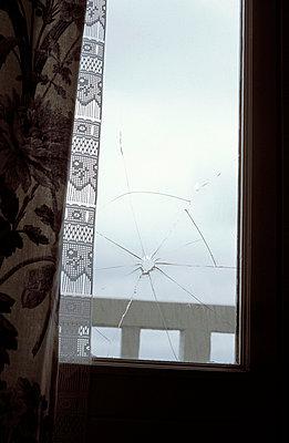 Loch im Fenster - p0830103 von Thomas Lemmler