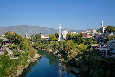 View of river and mosque in Mostar - p1600m2184169 by Ole Spata