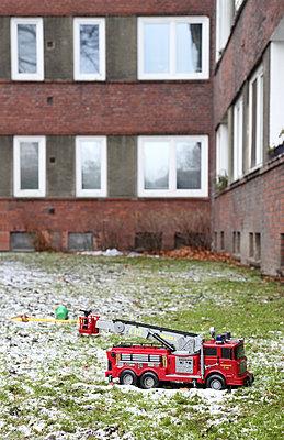 Spielzeugfeuerwehr im Schnee - p237m1108726 von Thordis Rüggeberg