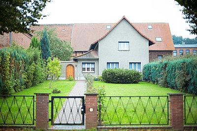 Spießiges Eigenheim - p432m939231 von mia takahara