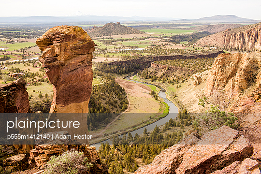 High angle view of Smith Rock State Park, Oregon, United States - p555m1412140 by Adam Hester
