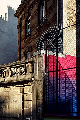 Pigalle, wire fence, Paris, France, shutdown due to Covid-19 - p1329m2177988 by T. Béhuret
