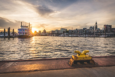 Germany, Hamburg, Hafencity, Sandtorhoeft, View to City Sporthafen at sunrise - p300m2060473 von Kerstin Bittner