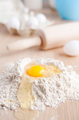 Baking ingredients of eggin flour and rolling pin - p312m1551971 by Johner Images