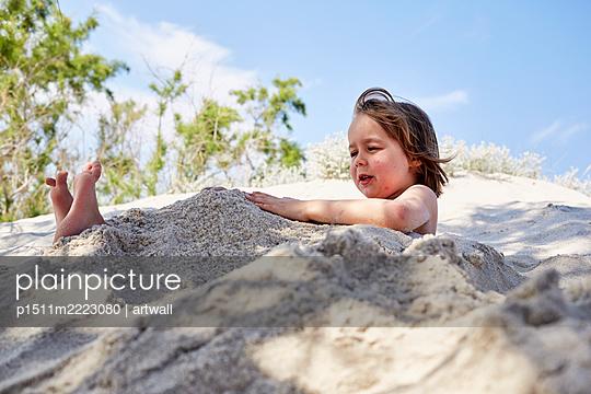 Kleiner Junge spielt im Sand - p1511m2223080 von artwall