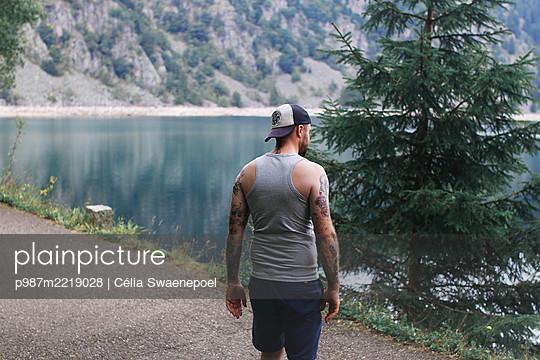 Un homme et des lacs 05 - p987m2219028 by Célia Swaenepoel