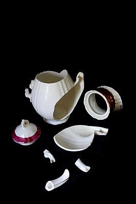 Broken coffee pot - p1235m2281110 by Karoliina Norontaus