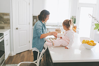 Mother and daughter making a cake together - p300m2102980 by Crystal Sing