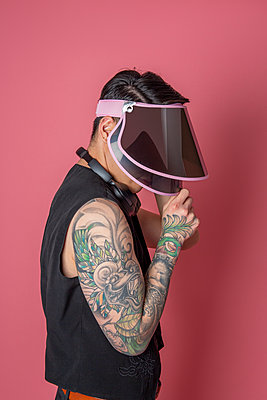 Young man with peaked cap and tattoo - p817m2159112 by Daniel K Schweitzer