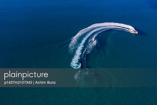 Water skiing - p1437m2107343 by Achim Bunz