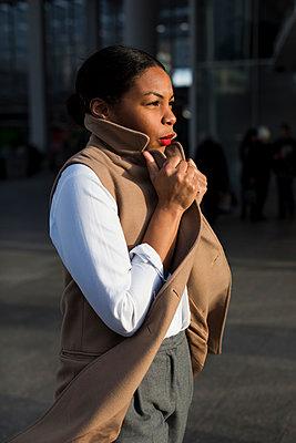 Fashionable businesswoman at evening sunlight - p300m1581153 von Mauro Grigollo