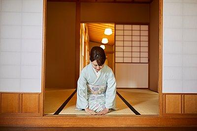 Young Japanese woman wearing traditional kimono - p307m2135275 by Yosuke Tanaka