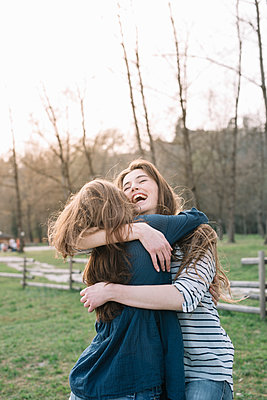 Happy girlfriends in park - p429m2023140 by Alberto Bogo