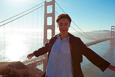 Frau an Golden Gate Bridge - p432m1082614 von mia takahara