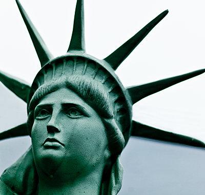Freiheitsstatue als Dekoration im Hafen - p979m1546327 von Martin Kosa