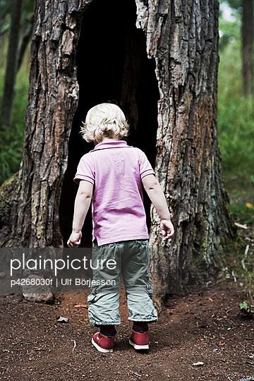 Boy at tree - p4268030f by Ulf Börjesson