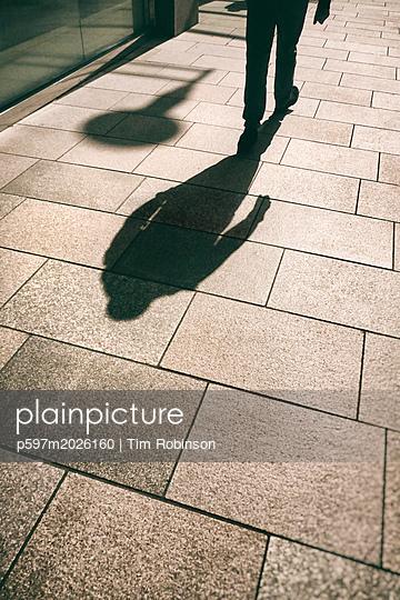 Schatten eines Mannes  - p597m2026160 von Tim Robinson