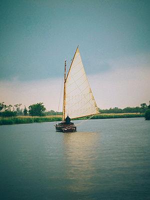 Altmodisches Segelboot auf einem Fluss, Norfolk, England - p1072m2167985 von Neville Mountford-Hoare