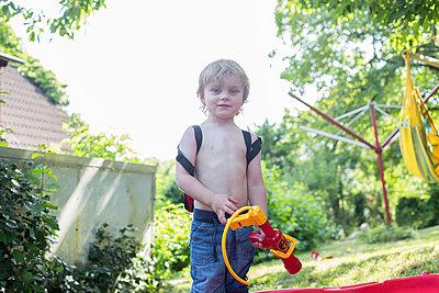 Junge mit Wasserspritze - p1308m2057178 von felice douglas