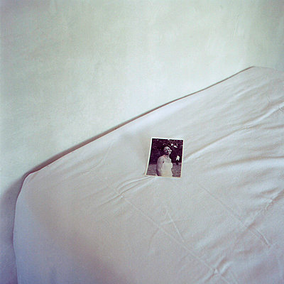 Photo on the bed  - p1521m2064530 by Charlotte Zobel