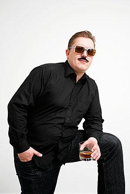 Man drinking whiskey - p2370697 by Thordis Rüggeberg