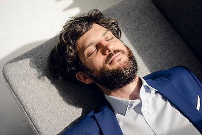 Young businessman takes a break - p586m1562032 by Kniel Synnatzschke
