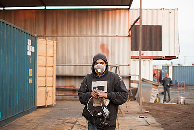 Portrait of man on construction site wearing protective face mask - p924m1422747 by Raphye Alexius