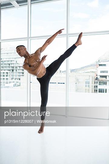 Ballerino practising ballet dance - p1315m1228007 by Wavebreak