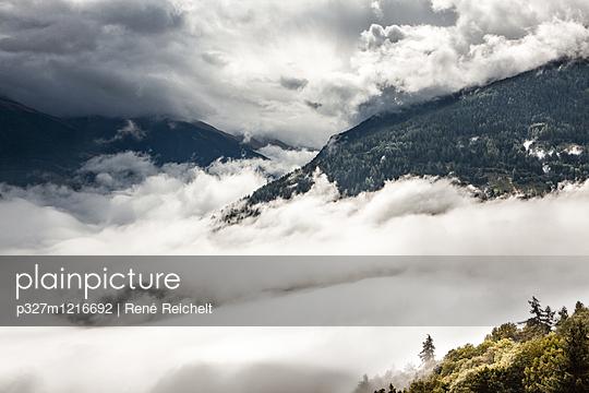 Wolkendecke in den Walliser Alpen  - p327m1216692 von René Reichelt
