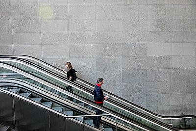 Mann und Frau auf der Rolltreppe im Bahnhof PP V - p1212m1137083 von harry + lidy
