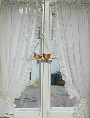 Fenster mit Vorhang und Glasfigur - p1279m2125617 von Ulrike Piringer