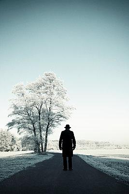 Schwarz gekleideter Mann stehend auf einem Weg  - p1574m2147966 von manuela deigert